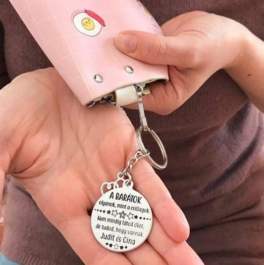 ajándék barátnőnek, gravírozással készült kulcstartó
