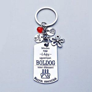 Egyedi szülinapi ajándék | boldog szülinap kulcstartó. Gravírozott medálon szülinapi szöveggel. Választható tibeti ezüst charmokkal.