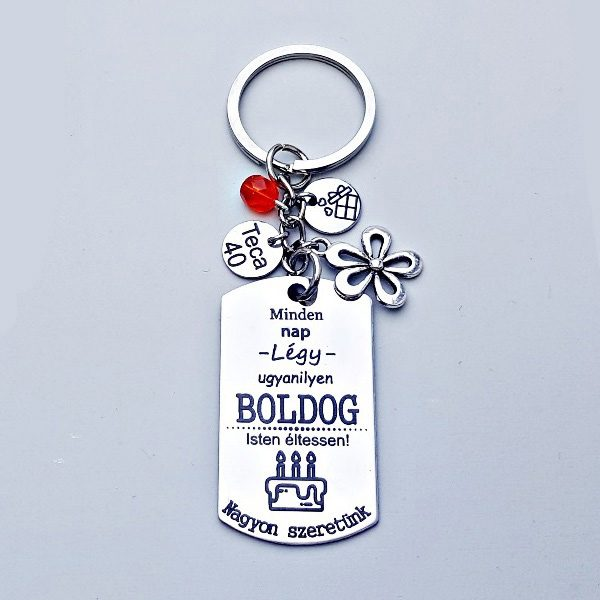 Egyedi szülinapi ajándék   boldog szülinap kulcstartó. Gravírozott medálon szülinapi szöveggel. Választható tibeti ezüst charmokkal.