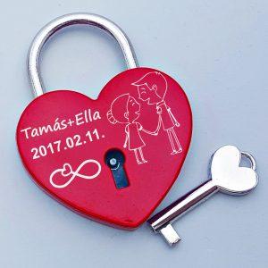 Szerelemlakat, szív alakú. Egyedi felirattal gravírozzuk. A lakat mellé szívecskés végű kulcs is jár. Bordó színű, bársony dísztasakban küldjük