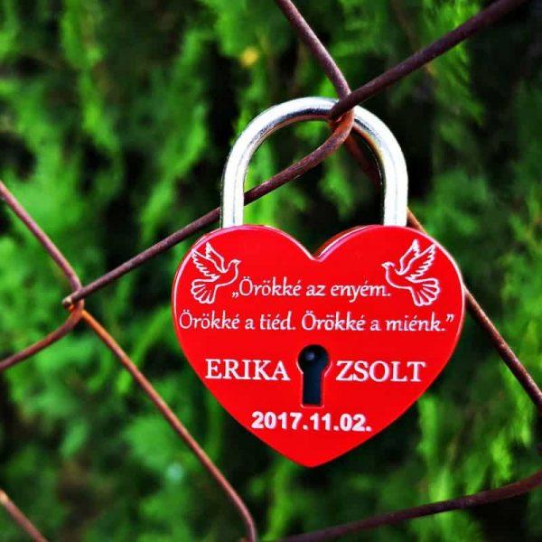 piros szerelemlakat szív alakú