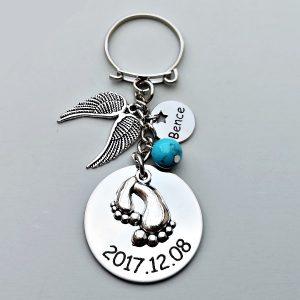 Babaváró ajándék kulcstartó. Nemesacél medálokkal. A gyermek születési nevével és dátumával. Választható charmokkal