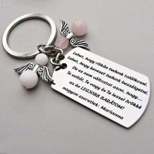 Szülinapi ajándék barátnőnek. Gravírozott, acél kulcstartó barátnős idézettel. Személyre szabható. Választhatsz rá fityegőket is.