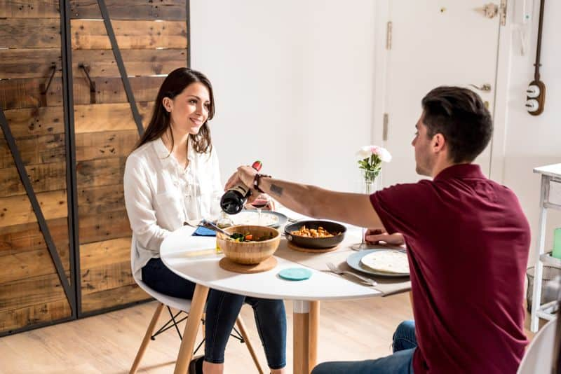 Lepd meg őt hamisítatlan romantikus vacsorával