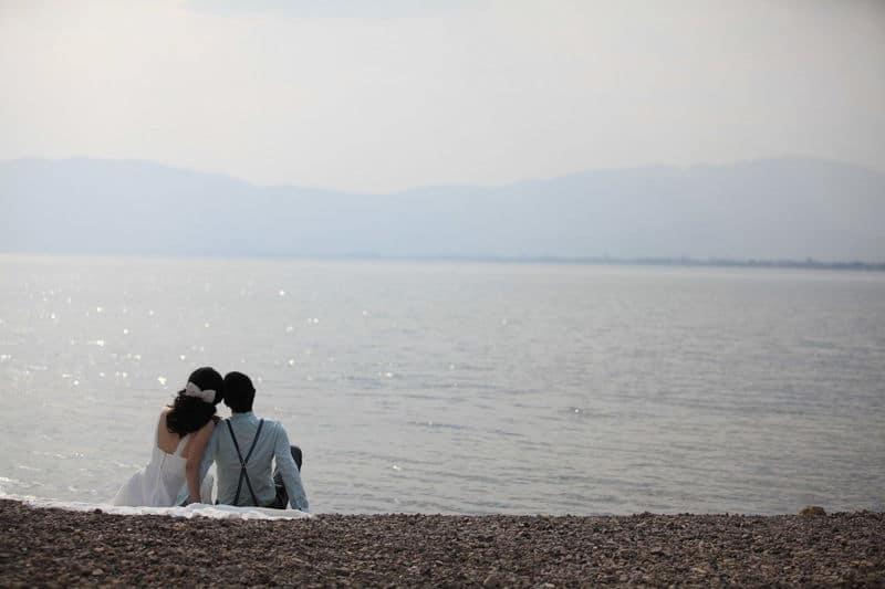 szerelmespár a tengernél