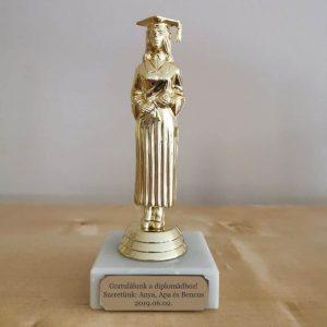Diplomaosztó ajándék, diplomás lány szobor gravírozással