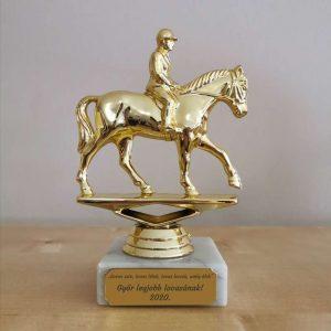 Lovas szobor gravírozással, egyedi lovas ajándék
