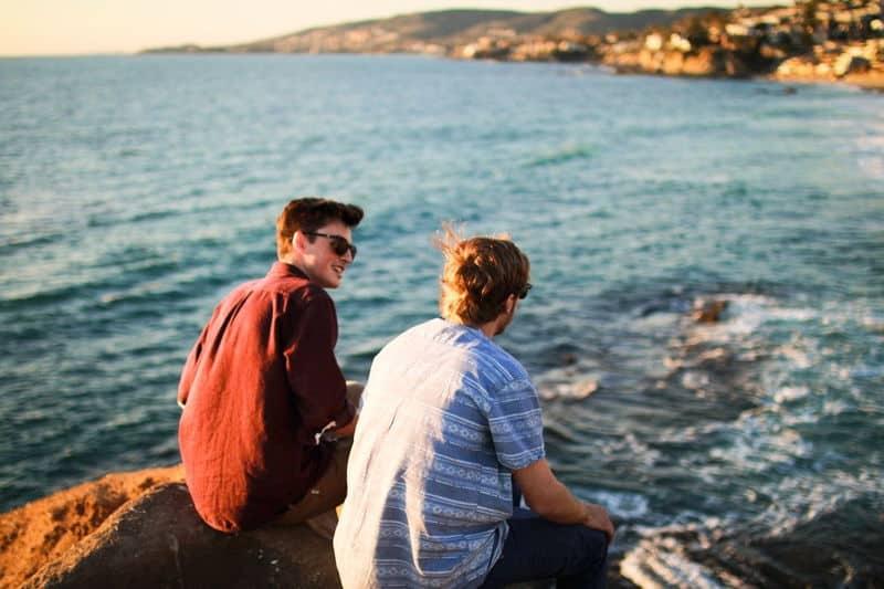 srácok a tengernél