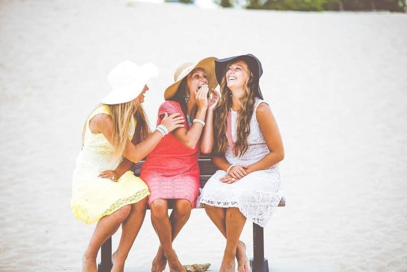 lányok kalapban