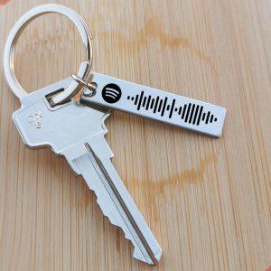 Zenekódos, gravírozott kulcstartó pároknak